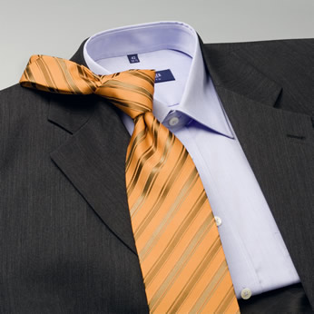 combiner une cravate avec une chemise et un costume. Black Bedroom Furniture Sets. Home Design Ideas